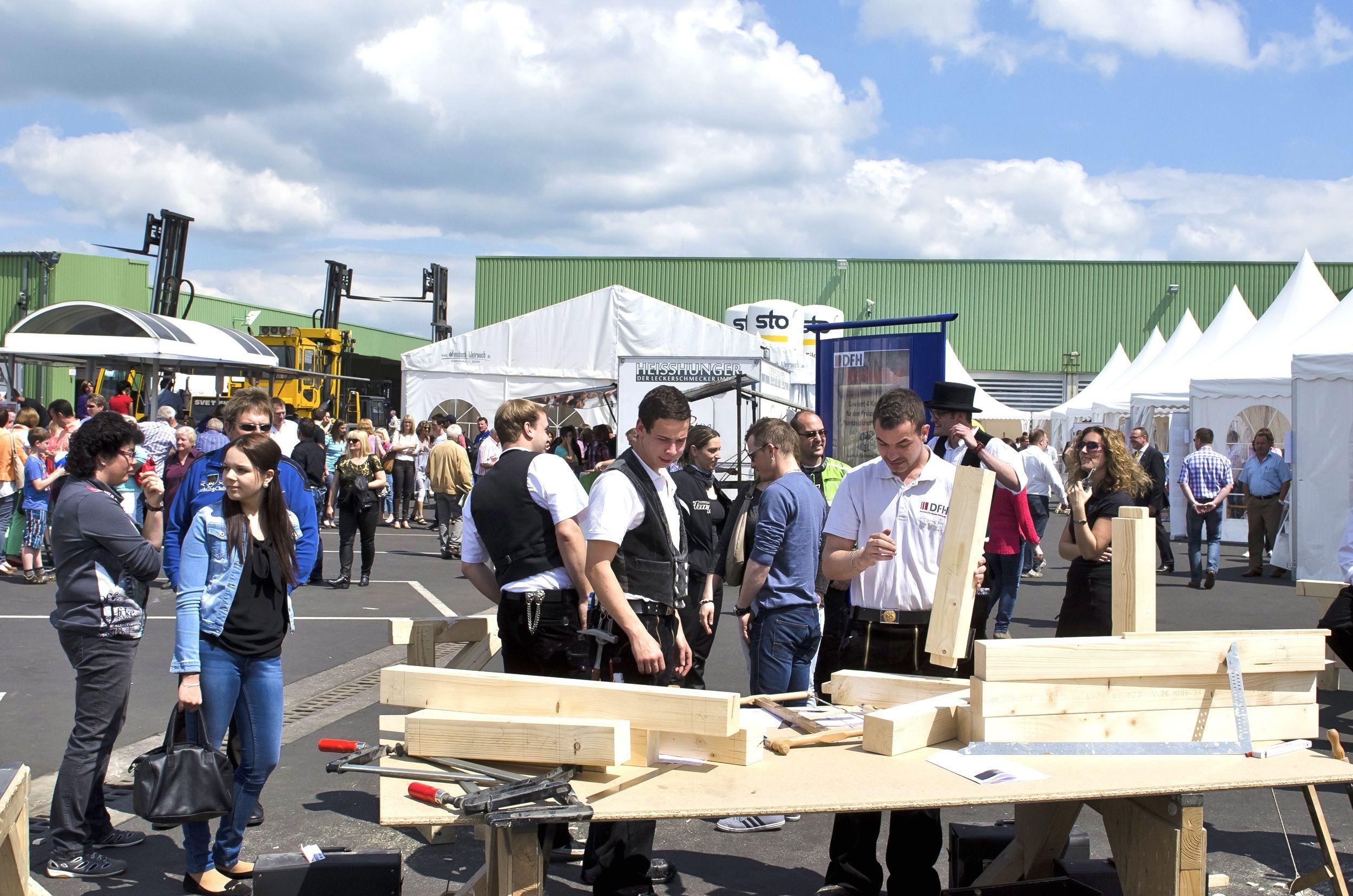 Unter Anleitung eines DFH-Zimmermanns können Besucher des DFH-Familientags Holz bearbeiten - der nachwachsende Rohstoff, der das wichtigste Baumaterial für Fertighäuser in Holzrahmenbauweise darstellt. (Foto: DFH)
