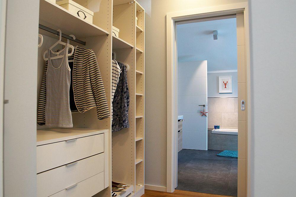 Das Schlafzimmer und Bad verbindet ein Ankleideraum. (Foto: Markus Burgdorf)
