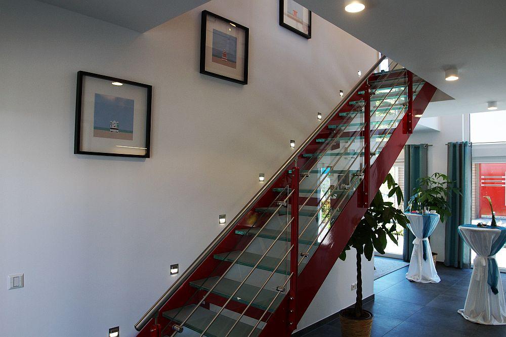 Die durch in die Wand eingelassene LED-Lampen beleuchtete Treppe wirkt leicht und ist zugleich ein modernes Gestaltungselement (Foto: Markus Burgdorf)